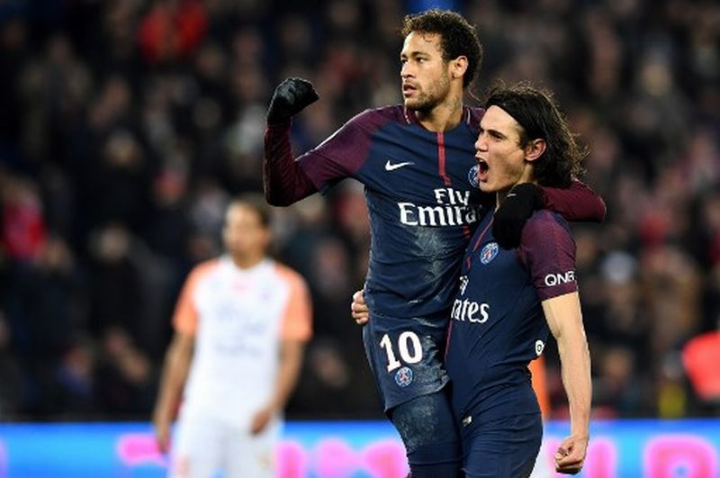 Paris Saint-Germain's Brazilian forward Neymar and Paris Saint-Germain's Uruguayan forward Edinson Cavani celebrate a goal  during the French L1 football match between Paris Saint-Germain (PSG) and Montpellier (MHSC) at the Parc des Princes stadium in Paris on January 27, 2018. / AFP PHOTO / FRANCK FIFE