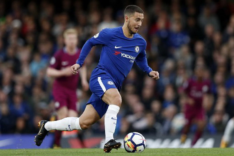 Chelsea's Belgian midfielder Eden Hazard runs with the ball during the English Premier League football match between Chelsea and Manchester City at Stamford Bridge in London on September 30, 2017. / AFP PHOTO / Adrian DENNIS / RESTRICTED TO EDITORIAL USE. No use with unauthorized audio, video, data, fixture lists, club/league logos or 'live' services. Online in-match use limited to 75 images, no video emulation. No use in betting, games or single club/league/player publications.  /